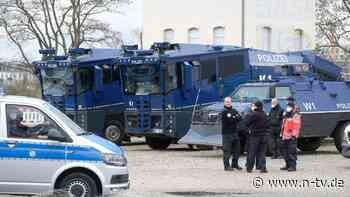 """Viele demonstrieren trotz Verbot: Polizei zeigt Hunderte """"Querdenker"""" an"""