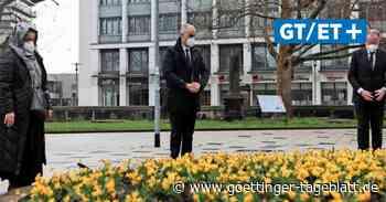 Ministerpräsident Stephan Weil und Oberbürgermeister Belit Onay pflanzen Blumen  für Corona-Opfer