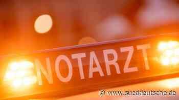 Motorradfahrer rutscht unter Auto: Lebensgefährlich verletzt - Süddeutsche Zeitung