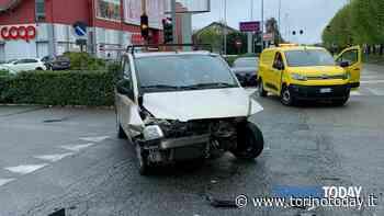 All'incrocio, a Borgaro, si scontrano due auto: conducente ricoverato in ospedale - TorinoToday