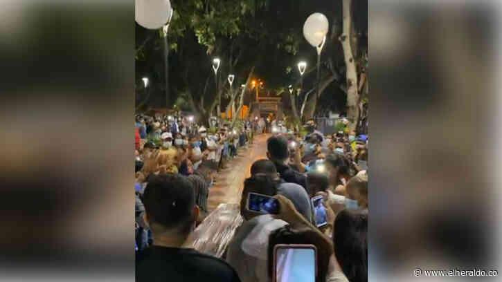 En pleno toque de queda en Galapa, multitudinaria despedida a locutor muerto - EL HERALDO