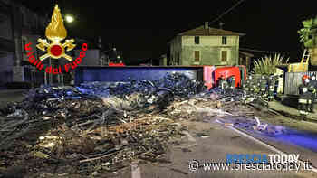 Spaventoso incidente: si ribalta camion di rottami, bloccata tutta la Provinciale - BresciaToday