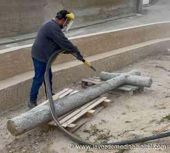 Bobadilla del Campo repara la cruz que preside la puerta de su Iglesia - La Voz de Medina Digital