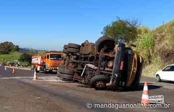 Caminhão tomba em trevo de Jandaia do Sul - Mandaguari Online