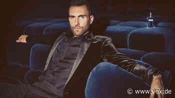 """""""Maroon 5""""-Frontmann Adam Levine zieht sich für Familienfoto ein Sommerkleid an - VOX Online"""