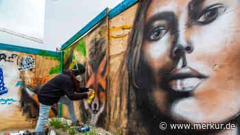 Leben auf dem Kunstpfad Markt Schwaben: Rebecca Winhart sprüht legales Graffito auf Bauzaun - Merkur.de