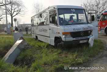 Man (34) zwaargewond na botsing met schoolbusje in Beerse
