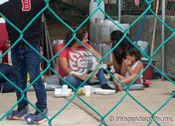 Mujeres y niños comen en el suelo en retén migratorio del sur - Imagen del Golfo