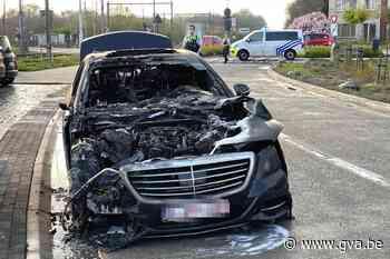 Wagen brandt uit in Boechout: bestuurder kan tijdig parkeren voorbij overweg - Gazet van Antwerpen