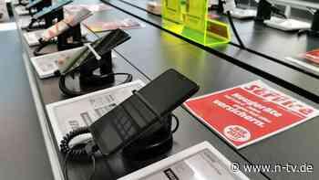 Vertrag mit neuem Smartphone: Bei Handy-Bundles zahlen Verbraucher drauf