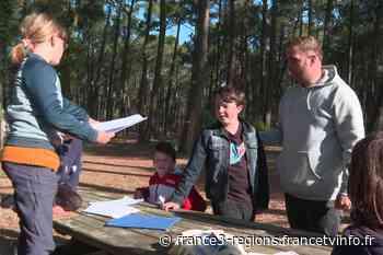 A Mimizan, des adolescents suivent leurs cours de théâtre en plein air En raison de la - France 3 Régions