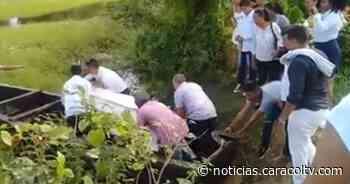 Ataúd al hombro, atraviesan caño sin puente para sepultar muertos en este pueblo de Colombia - Noticias Caracol