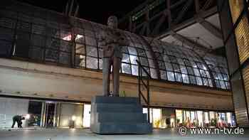 Vorm Berliner Hauptbahnhof: Joko setzt Klaas ein Denkmal