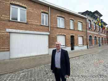 """Stadhuis van kleinste stad van 't land breidt uit: """"Er moet zeker plaats zijn voor zestien mensen"""""""