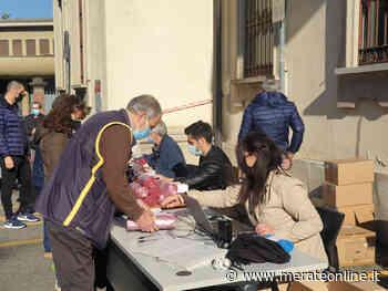Merate: distribuzione di sacchi rossi al mercato con Silea - Merate Online