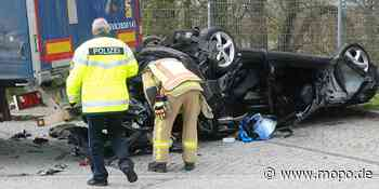 Unfall bei Reinfeld: Mercedes-Fahrer kracht in parkenden LKW und stirbt - Hamburger Morgenpost