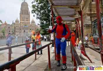 Foto   Aksi ''Spiderman'' India Sterilisasi Kota Mumbai   merdeka.com - merdeka.com