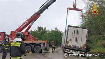 VIDEO E FOTO / Atripalda, tir esce fuori strada sulla provinciale: sul posto i pompieri con due squadre - Irpinia News
