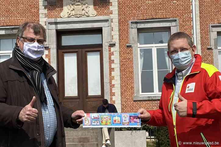 Eerste Rode Kruis sticker verkocht aan burgemeester