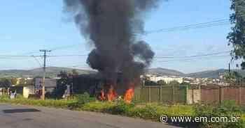 Carro bate em carreta e pega fogo em Sete Lagoas - Estado de Minas