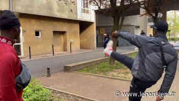 VIDÉO. «Tout le monde veut tenter sa chance» : à Evry, viser cette lucarne avec un ballon de foot déchaîne les passions - Le Parisien