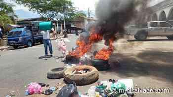 Empleados de alcaldía de Atiquizaya queman llantas y suspenden labores por falta de tres meses de salario   Noticias de El Salvador - elsalvador.com