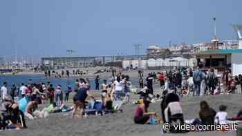 Covid, aria d'estate sul Lido di Ostia: spiagge prese d'assalto - Corriere TV