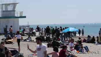 Covid, aria d'estate sul Lido di Ostia: spiagge preso d'assalto - Video - La Stampa