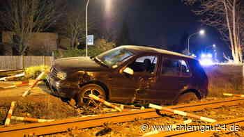 Altenmarkt an der Alz: Unfall an B304-Bahnübergang - VW Golf schleudert auf Bahnstrecke - Fahrer verschwunden - chiemgau24.de