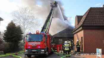 Feuer in Hohenlockstedt: Sechs Wehren kämpfen gegen Flammen im Dachstuhl eines Einfamilienhauses   shz.de - shz.de