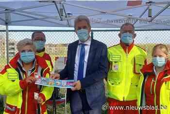Rode Kruis Tielt verkoopt eerste sticker aan burgemeester