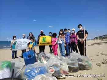 I volontari di Legambiente Campi Flegrei ripuliscono la spiaggia Romana di Bacoli – LE FOTO - Cronaca Flegrea