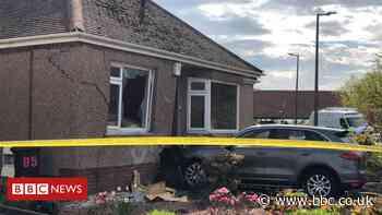 Car crashes through garden wall into Edinburgh house