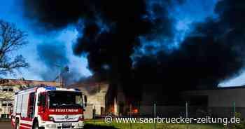 Foto-Serie : Lagerhalle in Saarwellingen steht in Flammen - Saarbrücker Zeitung