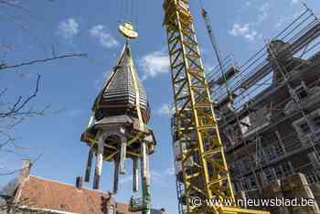 """Torentje dat omver dreigde te vallen weggehaald van voormalig gemeentehuis: """"Maar over twee maanden keert het terug"""""""