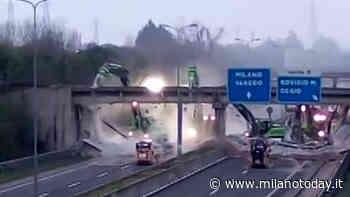 Le immagini del ponte demolito dalle ruspe sulla Milano-Meda - MilanoToday.it