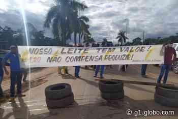 Produtores de leite fecham parte da BR-364 durante protesto em Jaru, RO - G1