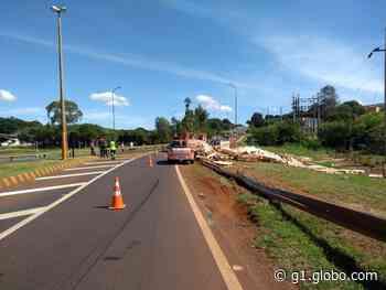 Caminhão carregado com paletes tomba em rodovia de Taquarituba - G1