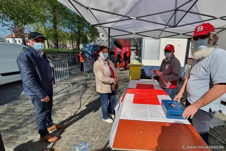 Rode Kruis Leeuw verkoopt stickers op de markt