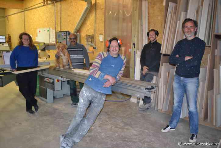 """Hans (44) en Olivier (48) maken meubelen op maat met vluchtelingen: """"We ekenen op klanten die ons warm initiatief willen steunen"""""""