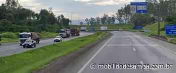 Tombamento de carreta interdita rodovia Régis Bittencourt em Cajati - Mobilidade Sampa
