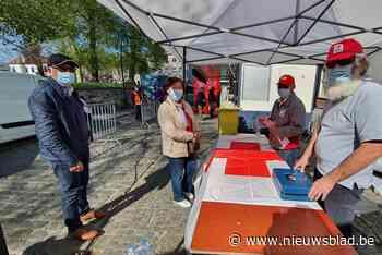 Rode Kruis Leeuw verkoopt stickers op de markt - Het Nieuwsblad