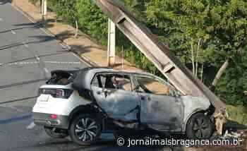 Motorista bate em poste e carro pega fogo em Braganca Paulista - Jornal Mais Bragança