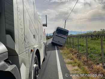 Autobus di studenti finisce fuori strada - latinaoggi.eu
