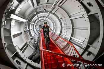Peltenaar bedwingt 506 trappen van het Atomium met de fiets