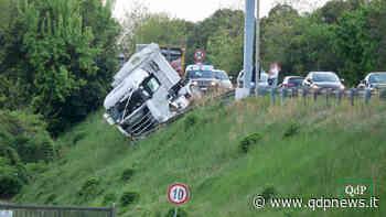 Incidente a San Vendemiano, camion rischia di cadere nella scarpata, lo salva il guardrail: conducente illeso - Qdpnews
