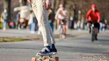 Zu schnell unterwegs: Polizei stoppt in Neuenhagen Skateboarder mit Motor-Antrieb - moz.de