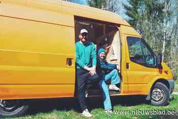 Wout (33) en Julie (29) reizen met vertraging Europa rond in omgebouwde stadsbus - Het Nieuwsblad