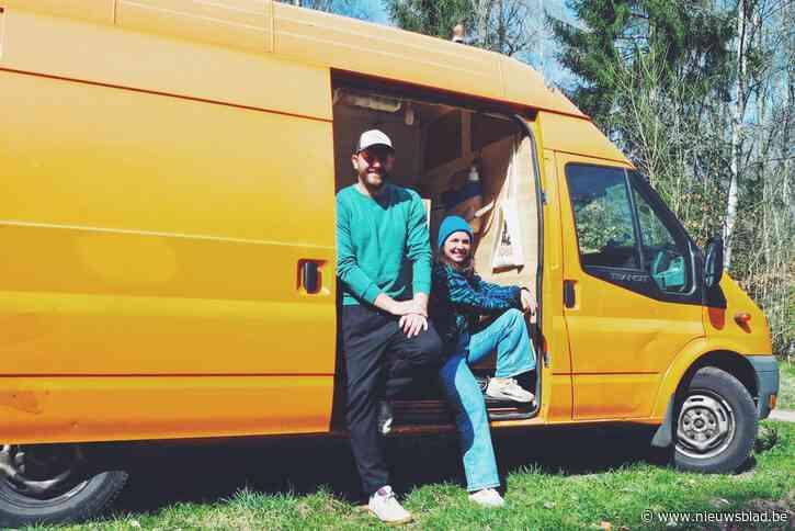 Corona dwarsboomde trip van Chili naar Alaska, nu reizen Wout (33) en Julie (29) Europa rond Odette, een omgebouwde stadscamionette