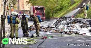 """Afvalwagen in Ieper kipt inhoud uit op straat: """"Het papier en karton stond in brand, maar de brandweer kreeg de vlammen snel onder controle"""" - VRT NWS"""
